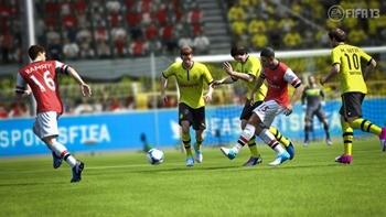 FIFA13_PC_Chamberlain_jostling_pass_WM