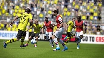FIFA13_PS3_Hummels_pass_through_WM